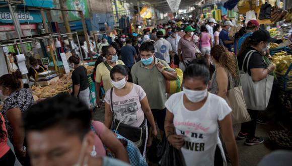 En San Juan de Lurigancho, el mercado del 10 de canto grande sigue abarrotado de comerciantes y clientes. A este lugar, llegó la policía y los militares para tomar las medidas necesarias.  Fotos: Anthony Niño de Guzman \ GEC