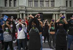 Cientos de guatemaltecos piden la renuncia del presidente por tercer sábado consecutivo