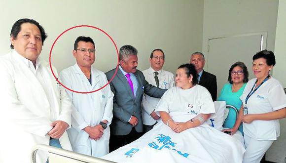 Cirujano Raúl Alegría usó un día de su licencia por salud para realizar una intervención por apendicitis en un establecimiento particular. Galeno afirma que aquel día no tenía servicio en el nosocomio del seguro.