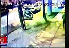 Nueva modalidad de delincuentes a bordo de motos: Chocan vehículos para asaltar a conductores (VIDEO)