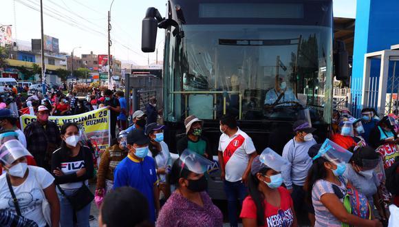 Protesta bloquea vía exclusiva en estación Naranjal del Metropolitano en Independencia. (Foto: Hugo Curotto / @photo.gec)