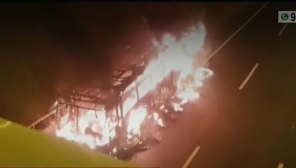 Bomberos controlaron el incendio en bus en unos 10 minutos. (Captura: América Noticias)