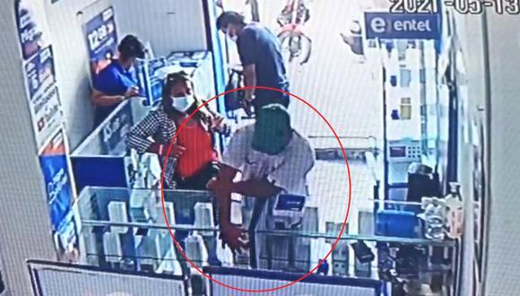Un hombre y una mujer ingresaron como supuestos clientes al local y aprovecharon que la vendedora estaba ocupada para sustraer los equipos. (Foto: Cortesía)