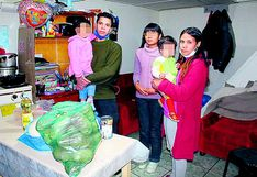 Pareja  de venezolanos y sus hijos reciben canastas de alimentos