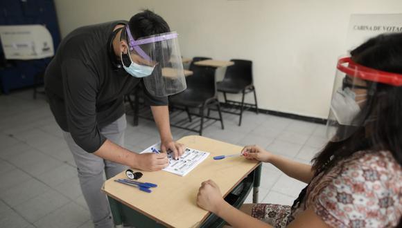 La Defensoría exhortó a la ONPE modificar la medida que permite que los miembros de mesa puedan solicitar que los electores se bajen la mascarilla. (Foto: Anthony Niño de Guzmán / @photo.gec)