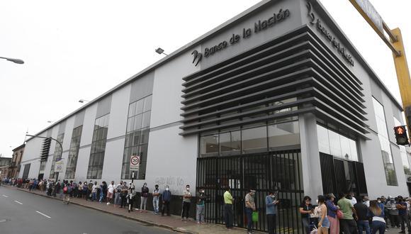 Pensionistas realizan largas colas para el cobrar el bono otorgado por la ONP. Banco de la Nación en el Cercado de Lima. Foto: Andrés Paredes / @photo.gec