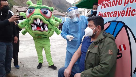 Gobernador regional de Huancavelica recibe su primera dosis contra el coronavirus. (Foto: Oskar Natteri)