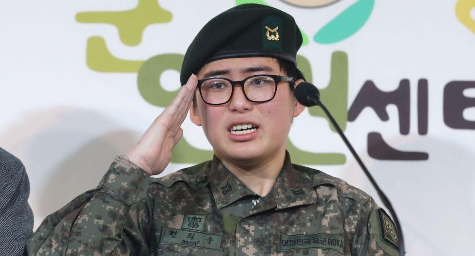 La sargento Byun Hee-soo expresó su deseo de permanecer en el Ejército durante una conferencia de prensa en el Centro Militar de Derechos Humanos para Corea en Seúl. (AFP).