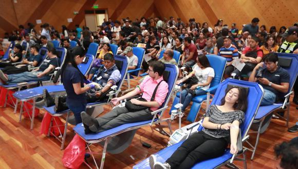 Más de un centenar de personas se han acercado a donar sangre para las víctimas del incendio en Villa El Salvador. Foto: Lino Chipana