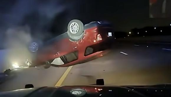 Vehículo acabó llantas arriba y accidentado tras la maniobra de un policía en Arkansas (Estados Unidos). (Foto: captura de pantalla   World News   YouTube).