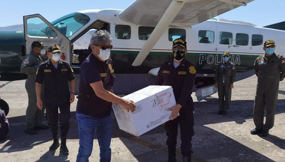 El lote de 1,170 vacunas arribó al aeródromo Hernán Turque Podestá de Moquegua para inmunizar a los efectivos de esta región. (Foto: Difusión)