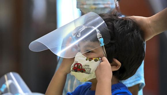 Si el menor presenta fiebre más de tres días, dificultad para respirar o empieza a desaturar, es necesario que sea llevado a recibir atención de urgencia. (Foto: AFP)