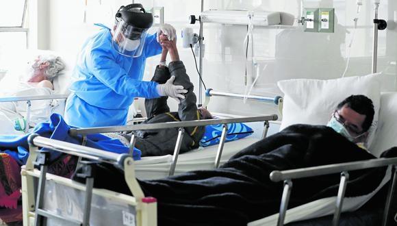 Pacientes se recuperan de la Covid-19 en el área de rehabilitación del hospital Cayetano Heredia, en Lima. EFE/ Paolo Aguilar