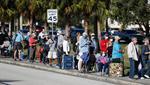 Personas mayores esperan en la cola para recibir la vacuna contra el COVID-19 en Florida, uno de los destinos más populares del turismo de vacunas. (Foto: Octavio Jones/Getty Images).