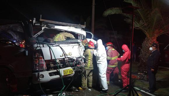 Bomberos rescatan a conductor de camión que quedó atrapado tras la colisión contra cisterna