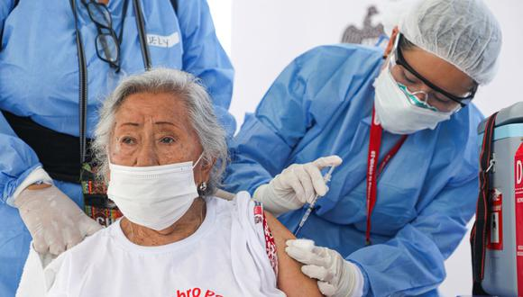 El proceso de vacunación en adultos mayores continúa su curso en Perú. (Foto: Andina)