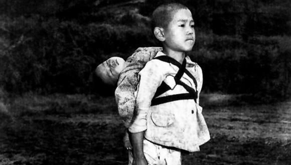 La conmovedora historia del niño cargando a su hermano en la Segunda Guerra Mundial