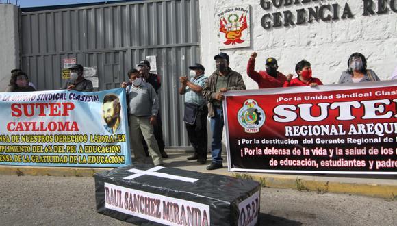 Profesores piden la destitución del gerente de Educación, Raúl Sánchez| Foto: Leonardo Cuito