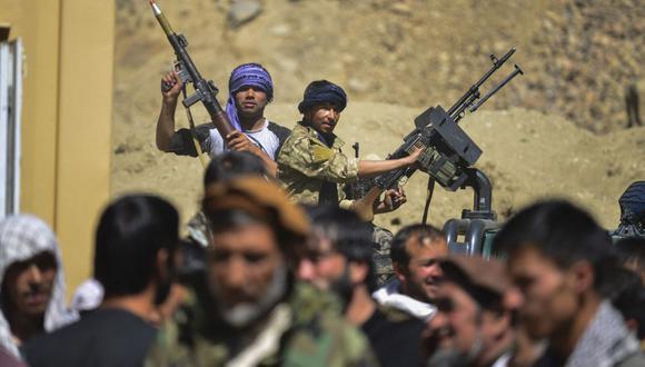 El movimiento de resistencia afgano y las fuerzas del levantamiento anti-talibán se encuentran en la parte trasera de una camioneta mientras se reúnen en el distrito de Abshar, provincia de Panjshir el 28 de agosto de 2021. (Ahmad SAHEL ARMAN / AFP).