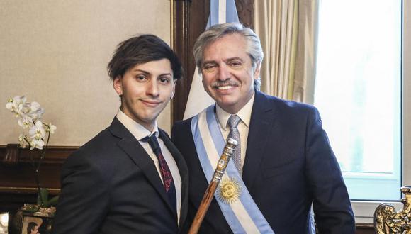 Alberto Fernández (derecha), posando con su hijo Estanislao Fernández en el palacio presidencial Casa Rosada, luego de su ceremonia de inauguración en el Congreso en Buenos Aires el 10 de diciembre de 2019 (Foto de ESTEBAN COLLAZO / Presidencia Argentina / AFP)