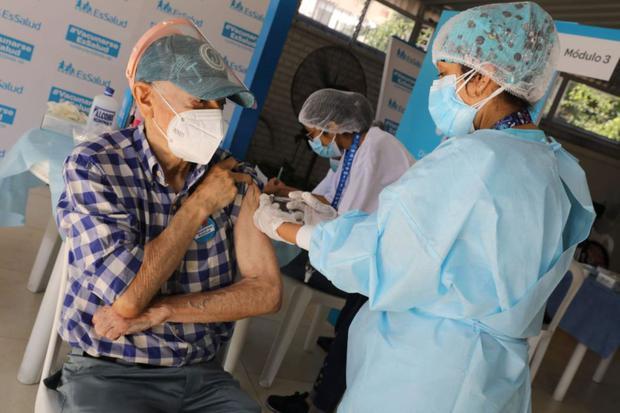El Ministerio de Salud (Minsa) ha implementado locales de vacunación amplios y ventilados, y estarán ubicados en lugares estratégicos de 22 distritos de la capital y el primer puerto (Foto: Andina)
