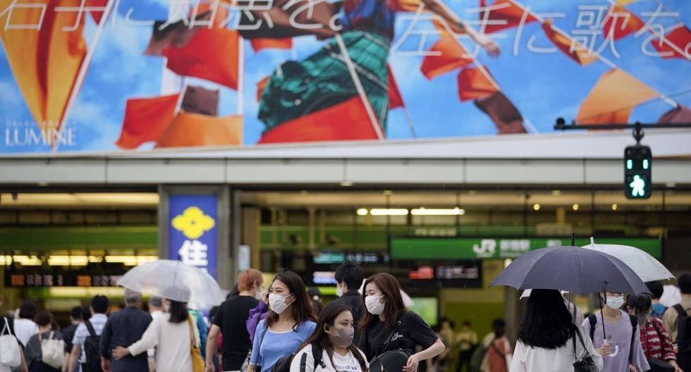 Imagen referencial. Los peatones con mascarillas cruzan una calle antes de la estación de Shinjuku en Tokio, Japón, el 10 de julio de 2020. (EFE/EPA/FRANCK ROBICHON).