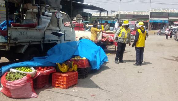 Comerciantes invadieron las vías de la plataforma comercial| Foto: Nelly Hancco