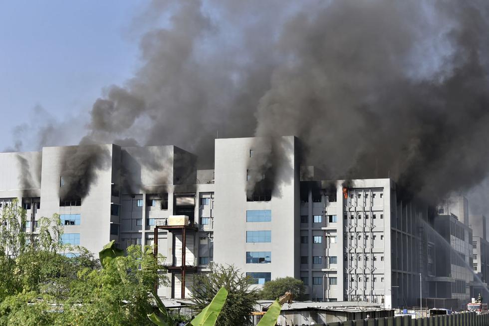 """""""La instalación de producción de vacunas no se vio afectado y esto no afectará a la producción"""", declaró a la AFP una fuente del Serum Institute of India, precisando que """"el fuego se produjo en la nueva fábrica en construcción"""". (Texto y foto: AFP)."""