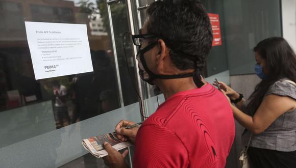 Los afiliados de las AFP podrán efectuar el retiro de hasta 4 UIT (S/ 17,600) de sus fondos previsionales. (Foto: Andina)
