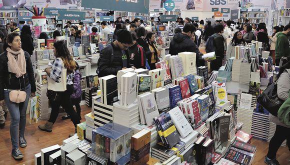 lima 20 de julio del 201924 Feria Internacional del Libro de Lima para la gráfica: tomas generales, flujo de gente, gente leyendo, comprando libros