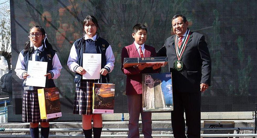 Premian a estudiantes poetas y escritores cerreños(FOTOS)