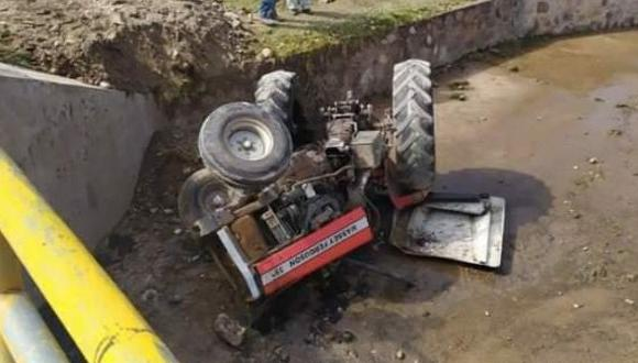 Los policías llegaron al lugar y constataron que el tractor agrícola yacía a un costado del cauce. (Foto: Feliciano Gutiérrez)
