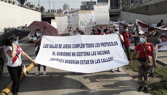 Personal de la Policía Nacional tuvo que hacer que las unidades usen la vía regular ante la negativa de los protestantes de abandonar el carril regular. (Fotos: Jessica Vicente/@photo.gec)