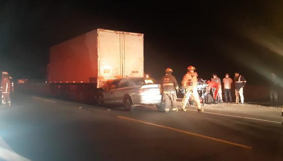 Auto con tres ocupantes se empotró detrás de camión