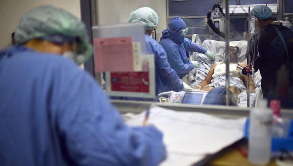 Los médicos y un terapeuta respiratorio ayudan a un paciente con COVID-19 en el Hospital Juárez de México. (AFP/RODRIGO ARANGUA).