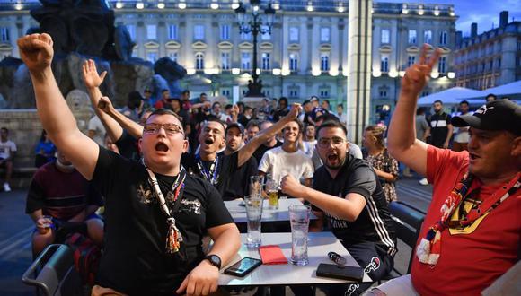 Los aficionados del club Lyon reaccionan en la terraza de un bar en Lyon, el 19 de agosto de 2020, mientras ven el partido de fútbol de la semifinal de la UEFA Champions League. (Foto de PHILIPPE DESMAZES / AFP).