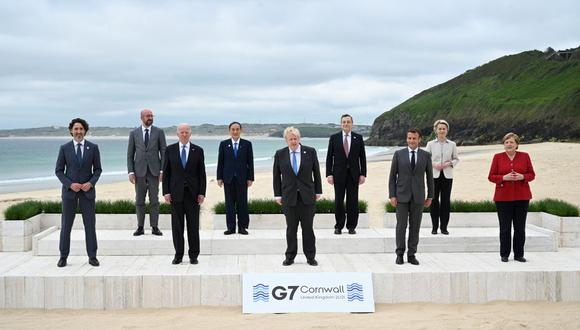 (De izquierda a derecha) El primer ministro de Canadá Justin Trudeau, el presidente del Consejo Europeo Charles Michel, el presidente de Estados Unidos Joe Biden, el primer ministro de Japón Yoshihide Suga, el primer ministro de Gran Bretaña Boris Johnson, el primer ministro de Italia Mario Draghi, el presidente de Francia Emmanuel Macron, el presidente de la Comisión Europea Ursula von der Leyen y la canciller de Alemania, Angela Merkel, posan para la foto de familia al comienzo de la cumbre del G7 en Carbis Bay, Cornwall, el 11 de junio de 2021. (Leon Neal / POOL / AFP).