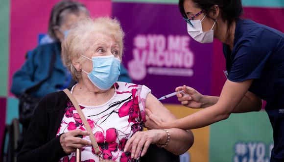 Una persona recibe la primera dosis de la vacuna china Sinovac contra el covid-19 en un centro de salud en Santiago (Chile). (Foto: EFE/ Alberto Valdés).