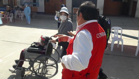 Jartlen Choqueneyra llama la atención a personal que pretendía retirar a anciana de una silla de ruedas prestada. (Foto: Adrian Apaza)