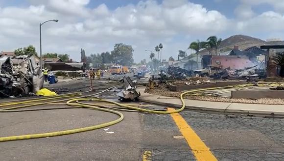 La aeronave alcanzó a dañar varias viviendas aledañas que terminaron consumidas por las llamas, confirmaron los testigos. (Foto: Captura)
