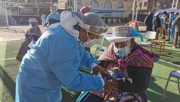 Empiezan a vacunar a adultos mayores de Caylloma