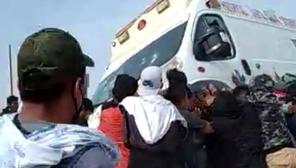 Prenden fuego a ambulancia en medio de los enfrentamientos por el bloqueo de la Panamericana Sur
