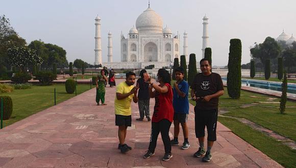 Los turistas toman fotografías mientras visitan el Taj Mahal en Agra el 21 de septiembre del 2020. El famoso Taj Mahal de la India y algunas escuelas reabrieron el 21 de septiembre cuando las autoridades siguieron adelante para impulsar la economía de la nación golpeada por el coronavirus, a pesar de las crecientes cifras de infecciones . (Foto: Sajjad Hussain / AFP)