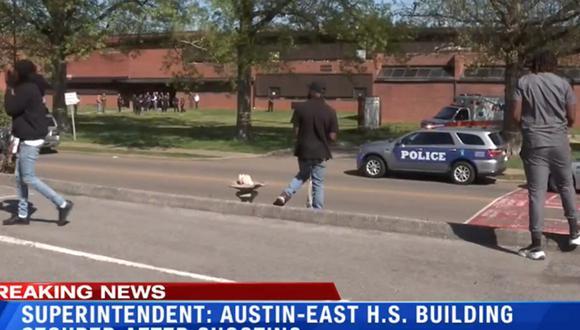 Las fuerzas de seguridad están en el lugar del suceso, la escuela Austin-East Magnet, y la investigación sigue abierta. (Foto: captura YouTube)