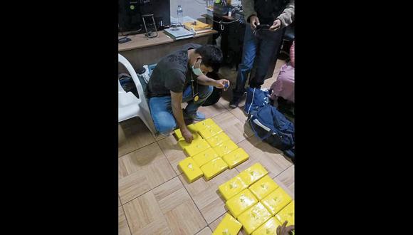 En la maletera del auto se halló dos mochilas que contenían 20 paquetes con la ilegal mercadería. (Foto: PNP)