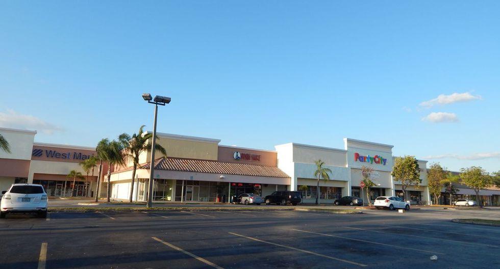 Vista del estacionamiento de una plaza comercial totalmente vacía debido a las nuevas órdenes emitidas debido al coronavirus, en Miami, Florida, Estados Unidos. (Foto: EFE)