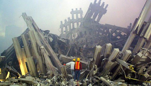 Los trabajadores de rescate examinan los daños al World Trade Center el 11 de septiembre de 2001. (Foto AFP Doug KANTER).