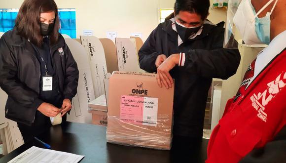 Verifican material electoral que llega a la región de Huancavelica.