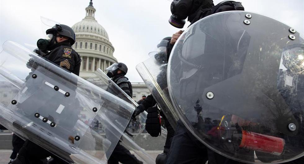 La policía responde ante los manifestantes seguidores de Donald Trump quienes irrumpieron en el Capitolio estadounidense en Washington (Estados Unidos). (Foto: EFE)