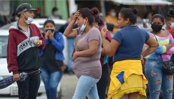 Mujer lamentándose afuera de una cárcel de Ecuador. | Foto: AFP